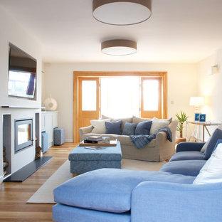 Idee per un soggiorno contemporaneo di medie dimensioni con camino lineare Ribbon, cornice del camino in intonaco e TV a parete
