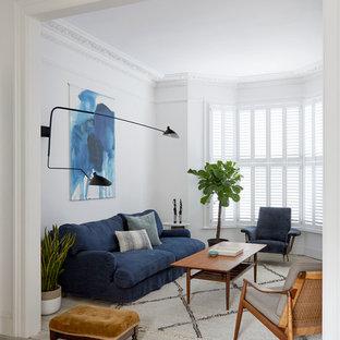 Diseño de salón abierto, actual, de tamaño medio, con paredes blancas, suelo de madera pintada, estufa de leña, marco de chimenea de baldosas y/o azulejos, televisor retractable y suelo beige