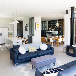 Ispirazione per un ampio soggiorno contemporaneo aperto con pavimento in gres porcellanato, stufa a legna e nessuna TV