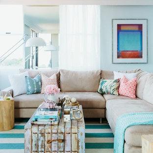 Inspiration pour un salon marin avec une salle de réception et un mur bleu.