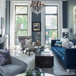Mittelgroßes, Fernseherloses, Offenes Eklektisches Wohnzimmer mit grauer Wandfarbe, dunklem Holzboden, Kamin, Kaminumrandung aus Backstein und schwarzem Boden in New York