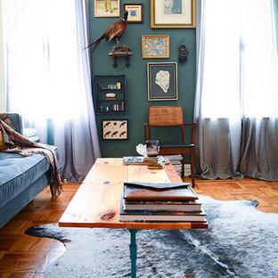 Ejemplo de salón abierto, ecléctico, de tamaño medio, con paredes verdes y suelo de madera en tonos medios