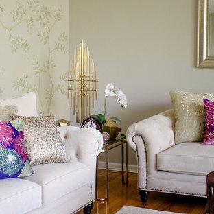 Foto de salón asiático, pequeño, sin chimenea y televisor, con paredes beige y suelo de madera en tonos medios