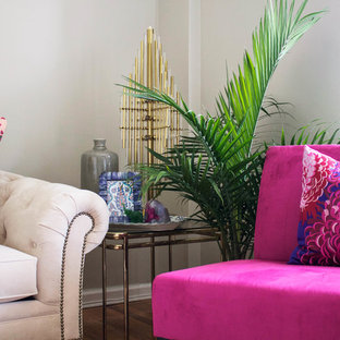 Imagen de salón asiático, pequeño, sin chimenea y televisor, con paredes beige y suelo de madera en tonos medios