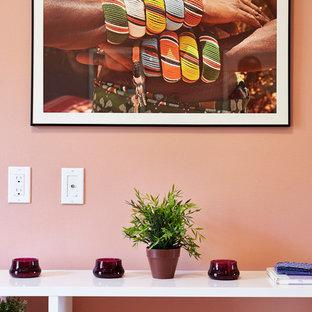 Esempio di un soggiorno minimal di medie dimensioni e chiuso con sala formale, pareti rosa, parquet scuro, nessun camino e nessuna TV