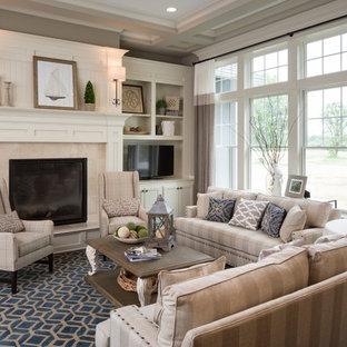 Exempel på ett klassiskt vardagsrum, med ett finrum, grå väggar, mörkt trägolv, en standard öppen spis, en spiselkrans i trä och en fristående TV