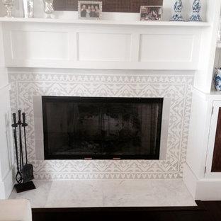 オーランドのビーチスタイルのおしゃれなリビング (白い壁、濃色無垢フローリング、コンクリートの暖炉まわり、茶色い床) の写真