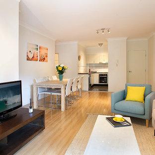 Idee per un piccolo soggiorno costiero aperto con pareti bianche, parquet chiaro, nessun camino e TV autoportante