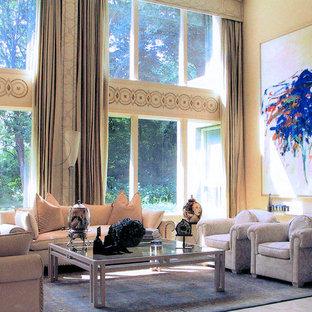 Immagine di un ampio soggiorno minimalista aperto con pareti beige, camino ad angolo, cornice del camino in metallo, nessuna TV e pavimento in marmo