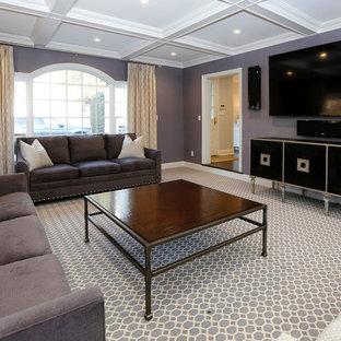 Diseño de salón cerrado, actual, grande, con paredes púrpuras, moqueta, televisor colgado en la pared y suelo violeta