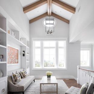 Esempio di un soggiorno stile marino stile loft con libreria, pareti bianche, parquet scuro, nessun camino e nessuna TV
