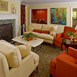 Foto de salón clásico con paredes amarillas y chimenea tradicional