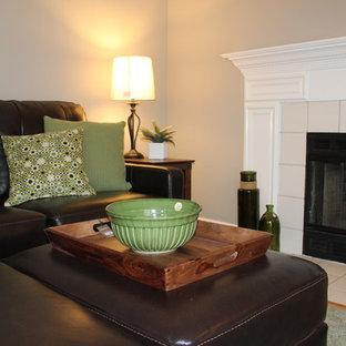 Idee per un soggiorno bohémian di medie dimensioni e aperto con pareti grigie, moquette, camino classico, cornice del camino in legno, TV a parete e pavimento verde