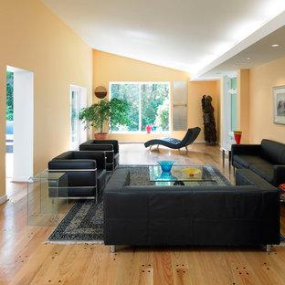 Idee per un soggiorno design con pareti arancioni, parquet chiaro, nessuna TV e pavimento marrone