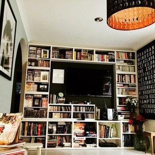 メルボルンの小さいエクレクティックスタイルのおしゃれなLDK (ライブラリー、青い壁、塗装フローリング、壁掛け型テレビ、白い床) の写真