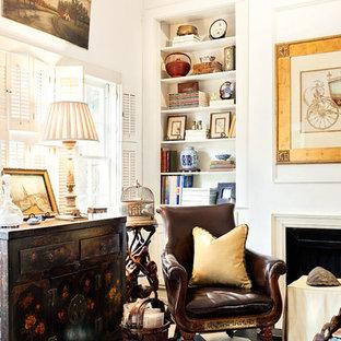 Ispirazione per un piccolo soggiorno chic chiuso con sala formale, pareti bianche, pavimento con piastrelle in ceramica, camino classico, cornice del camino in legno e TV nascosta