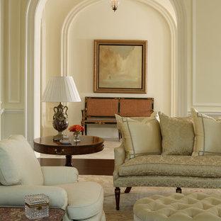Foto de salón clásico con suelo de madera oscura