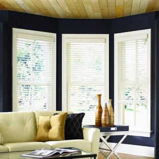 オースティンの中サイズのエクレクティックスタイルのおしゃれな独立型リビング (フォーマル、青い壁、竹フローリング、暖炉なし、テレビなし、茶色い床) の写真