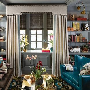 Mittelgroße, Fernseherlose, Offene Shabby-Style Bibliothek ohne Kamin mit grauer Wandfarbe, braunem Holzboden und braunem Boden in Orange County
