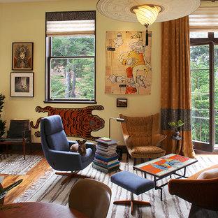 Diseño de salón abierto, ecléctico, pequeño, con paredes amarillas