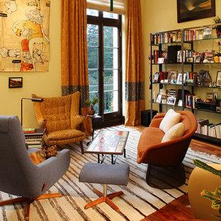Kleines, Offenes Eklektisches Wohnzimmer mit gelber Wandfarbe und braunem Holzboden in San Francisco