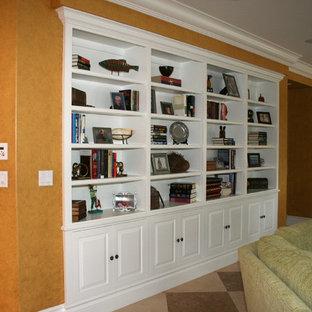 Imagen de salón para visitas abierto, clásico, grande, con parades naranjas y suelo de baldosas de cerámica