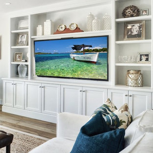 Foto di un soggiorno classico aperto e di medie dimensioni con pareti bianche, pavimento in legno massello medio, nessun camino e parete attrezzata