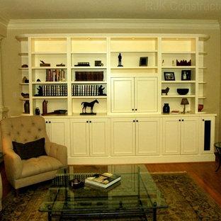 ワシントンD.C.の大きいトランジショナルスタイルのおしゃれなLDK (白い壁、淡色無垢フローリング、埋込式メディアウォール) の写真