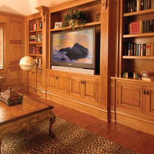 Foto di un soggiorno tradizionale di medie dimensioni e chiuso con sala formale, pareti beige, parquet scuro, nessun camino, parete attrezzata e pavimento marrone