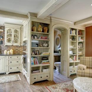 Foto di un soggiorno classico aperto con pareti rosse e pavimento in legno massello medio
