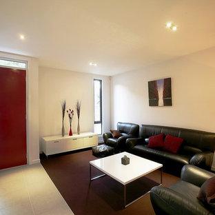 Imagen de salón abierto, minimalista, de tamaño medio, con paredes blancas, moqueta y suelo violeta