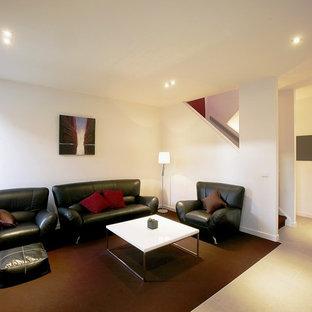 Modelo de salón abierto, moderno, de tamaño medio, con paredes blancas, moqueta y suelo violeta
