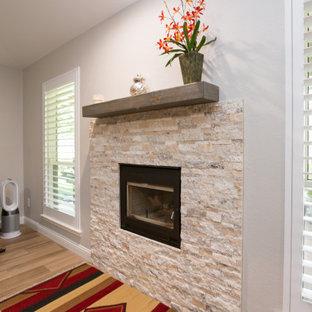 Diseño de salón clásico renovado, pequeño, con paredes grises, suelo de baldosas de porcelana, chimenea tradicional y suelo marrón