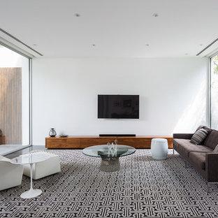 Ejemplo de salón minimalista, grande, con paredes blancas, moqueta y televisor colgado en la pared