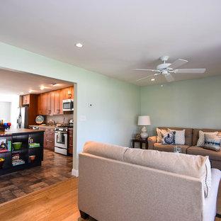 フィラデルフィアの中サイズのビーチスタイルのおしゃれなLDK (緑の壁、無垢フローリング、テレビなし、緑の床) の写真