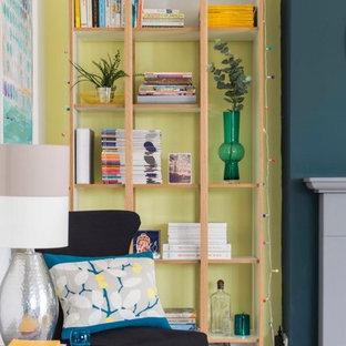 デヴォンの中サイズのコンテンポラリースタイルのおしゃれなリビングロフト (黄色い壁、カーペット敷き、石材の暖炉まわり、テレビなし、ベージュの床) の写真