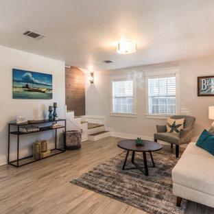 ヒューストンの小さいビーチスタイルのおしゃれな独立型リビング (ラミネートの床、白い床) の写真