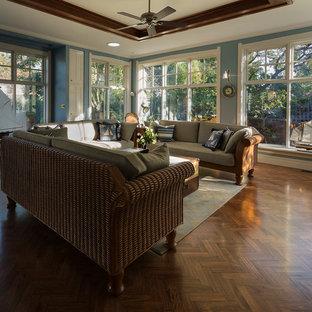 Foto di un grande soggiorno stile americano aperto con pareti blu, pavimento in legno massello medio, camino classico, cornice del camino in metallo e parete attrezzata