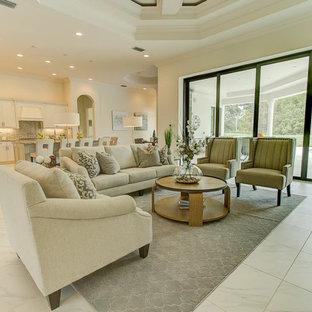 Immagine di un soggiorno classico di medie dimensioni e chiuso con sala formale, pareti bianche, pavimento in marmo, nessun camino, nessuna TV e pavimento bianco