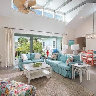 タンパの中くらいのビーチスタイルのおしゃれなLDK (白い壁、淡色無垢フローリング、暖炉なし、ベージュの床) の写真