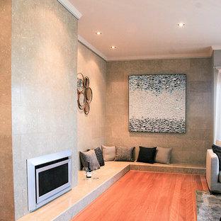 Esempio di un grande soggiorno minimalista aperto con pavimento in legno massello medio, camino classico, sala formale, pareti beige, cornice del camino in metallo, nessuna TV e pavimento rosso