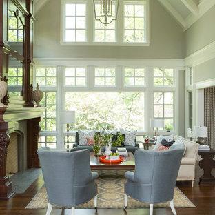 Diseño de salón clásico renovado con paredes grises, suelo de madera oscura y chimenea tradicional