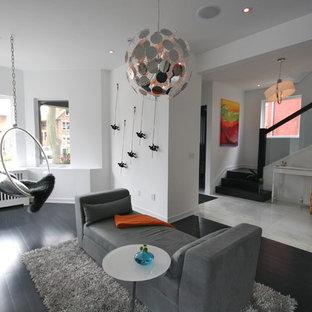 Idée de décoration pour un salon minimaliste avec un mur blanc et un sol noir.