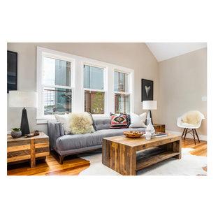 Imagen de salón cerrado y abovedado, moderno, pequeño, sin chimenea, con paredes beige, suelo de madera en tonos medios y suelo marrón