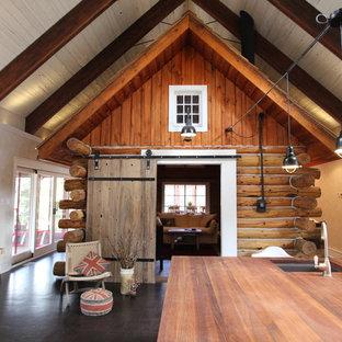 Esempio di un grande soggiorno rustico aperto con pareti bianche e pavimento in sughero