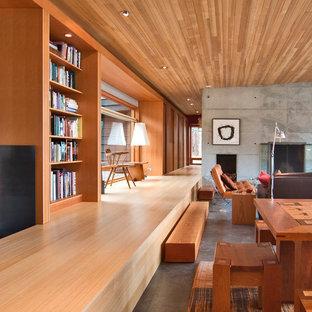 Modelo de salón abierto, minimalista, pequeño, con paredes multicolor, suelo de bambú, chimenea tradicional y marco de chimenea de hormigón