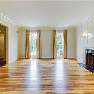 Immagine di un soggiorno vittoriano di medie dimensioni e aperto con sala formale, pareti bianche, parquet chiaro, camino classico, nessuna TV e pavimento verde