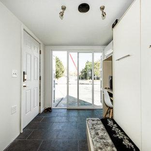 Ispirazione per un piccolo soggiorno minimalista aperto con pareti bianche, pavimento con piastrelle in ceramica e pavimento nero