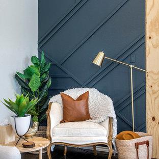Großes, Offenes Maritimes Wohnzimmer mit dunklem Holzboden, weißer Wandfarbe, Kamin, Kaminsims aus Holz, verstecktem TV und braunem Boden in Dallas