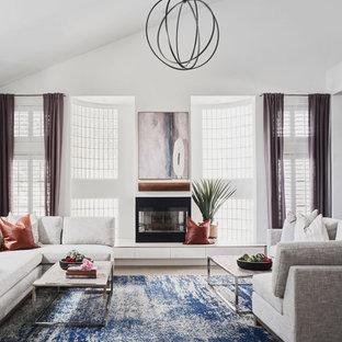 Ejemplo de salón para visitas abierto, tradicional renovado, grande, sin televisor, con paredes blancas, suelo de madera clara, estufa de leña, marco de chimenea de piedra y suelo beige